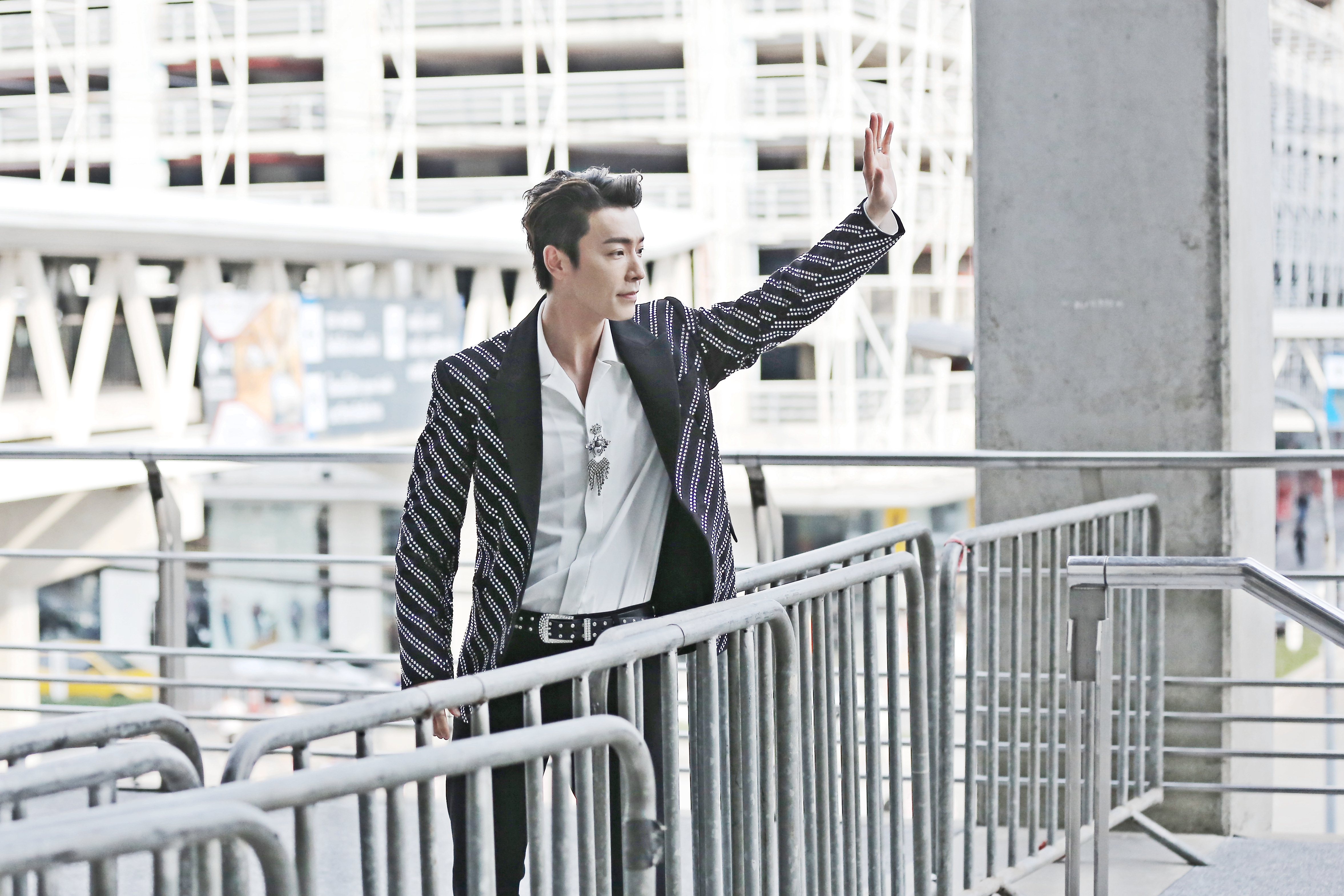 DONGHAE waves to fanclub